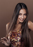 演播室关闭的逗人喜爱的愉快的年轻印地安真正的女人 免版税库存图片