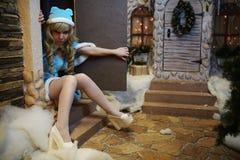 演播室圣诞节内部的美丽的雪未婚 免版税库存照片