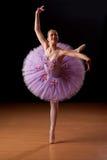 演播室实践的年轻芭蕾舞女演员 库存图片