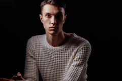 演播室射击了一副英俊的年轻男性模型佩带的白色T恤杉和太阳镜 免版税库存图片