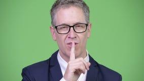 演播室射击了与手指的成熟商人在嘴唇 影视素材
