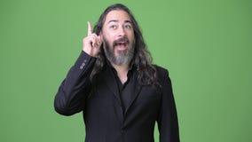 演播室射击了与长的头发的成熟英俊的有胡子的不同种族的商人 影视素材