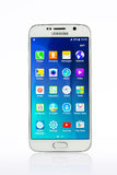 演播室射击了一个白色三星星系S6智能手机 免版税库存图片