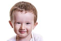 演播室微笑和看h的小男婴特写镜头画象  免版税库存图片