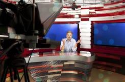 演播室的一位电视现场报道员 免版税库存照片