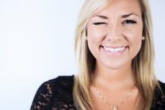 演播室的可爱的白肤金发的妇女 库存照片