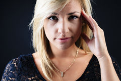 演播室的可爱的白肤金发的妇女 库存图片