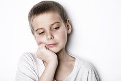演播室的被注重的哀伤的男孩 免版税库存照片