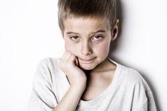 演播室的被注重的哀伤的男孩 图库摄影