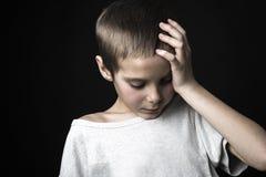 演播室的被注重的哀伤的男孩 库存图片