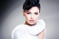 秀丽佩带专业构成和发型的射击了美丽的妇女 图库摄影