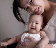 演播室被射击爱的母亲藏品婴孩 免版税库存图片