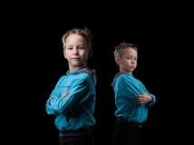 演播室被射击严肃的矮小的双胞胎 免版税库存图片