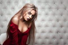 演播室画象一性感白肤金发在红色礼服 库存照片