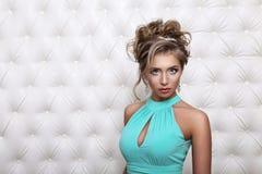 演播室画象一性感白肤金发在蓝色礼服 免版税图库摄影