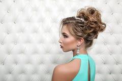 演播室画象一性感白肤金发在蓝色礼服 库存照片
