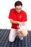 演示婴儿抢救窒息 免版税库存照片