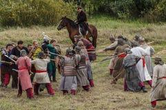 演角色的游戏在俄罗斯的卡卢加州地区再创蒙古鞑靼人的轭的争斗2016年9月10日的 免版税库存图片