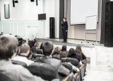 演讲人在企业家和新闻工作者前面的一个业务会议上发言 库存图片