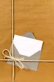 演讲卡片,交付标签,信封,棕色包裹背景,垂直 库存照片