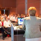 演讲在会议的女商人 免版税库存图片
