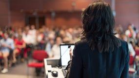 演讲在会议的女商人 库存照片