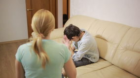 演讲unpleased少年的严肃的母亲在家 股票视频