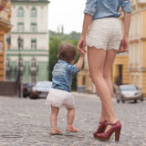 漫步与微小的女儿的母亲 图库摄影