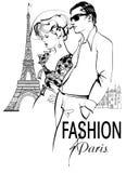漫步和购物在巴黎的时兴的夫妇 免版税库存照片
