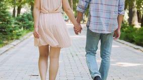 漫步在公园的愉快的浪漫夫妇,握手在日期,无忧无虑的生活 影视素材