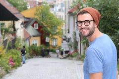 漫步在城市附近的领导新潮的人 免版税图库摄影