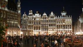 漫步在晚上的布鲁塞尔比利时人在Gran地方 股票录像