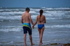 漫步在海滩的夫妇 免版税库存图片