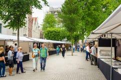 漫步在艺术市场附近的人们在阿姆斯特丹 库存图片