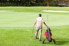 漫步在高尔夫球场 库存图片