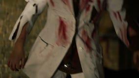漫步在黑暗,人交易中的精神分析的佩带的褴褛血淋淋的白色衣服 股票视频