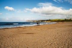 漫步在Ballycastle海滩, Co的夫妇 安特里姆,北爱尔兰 图库摄影