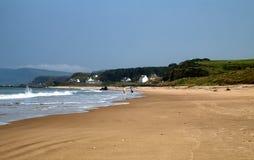 漫步在Ballycastle海滩, Co的夫妇 安特里姆,北爱尔兰 免版税库存图片