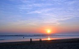 漫步在Legian海滩,巴厘岛的日落的人们 库存照片