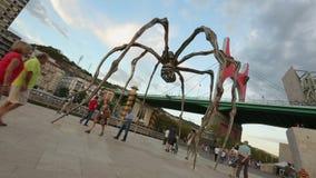漫步在Maman蜘蛛和La药膏桥梁,现代雕塑艺术附近的人们 股票录像