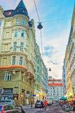 漫步在Riemergasse的人们在维也纳 免版税库存图片
