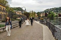 漫步沿Como湖散步的观点的新婚佳偶  库存照片