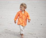 漫步海滩的小孩 免版税库存图片