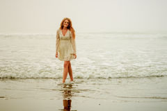漫步由海滩的青少年的女孩 免版税库存图片