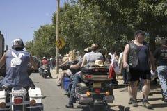 漫步的人群Sturgis街道  库存图片