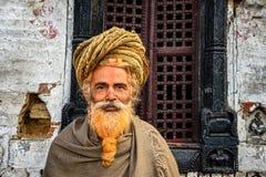 漫步的sadhu酵母酒蛋糕(圣洁者)在古老Pashupatinath寺庙 免版税库存照片