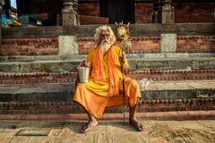 漫步的sadhu酵母酒蛋糕(圣洁者)在古老Pashupatinath寺庙 图库摄影