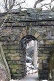 漫步石曲拱在中央公园 库存图片