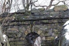 漫步石头曲拱的上面 免版税库存图片