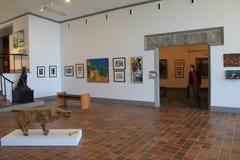漫步通过房间、赞赏的艺术品在墙壁上和雕塑,美国艺术Ogunquit博物馆,缅因的人们, 2016年 库存图片